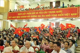 The teacher and student of Ha Noi Technology and Bussiness University was determined to protect the Vietnam island sea.